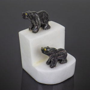Urso de Dolomita Rajada e Calcita Branca