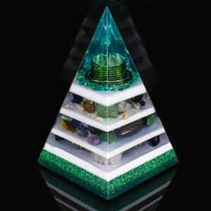 Pronta Entrega - Orgonite Pirâmide Verde com Hematitas Magnetizadas 26cm