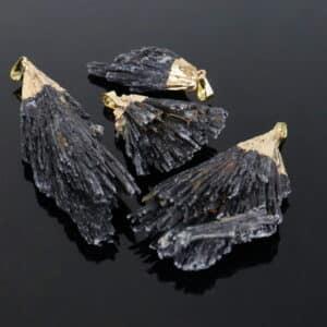 Pingente Cianita Negra ou Vassoura de Bruxa Bruta com Banho Dourado